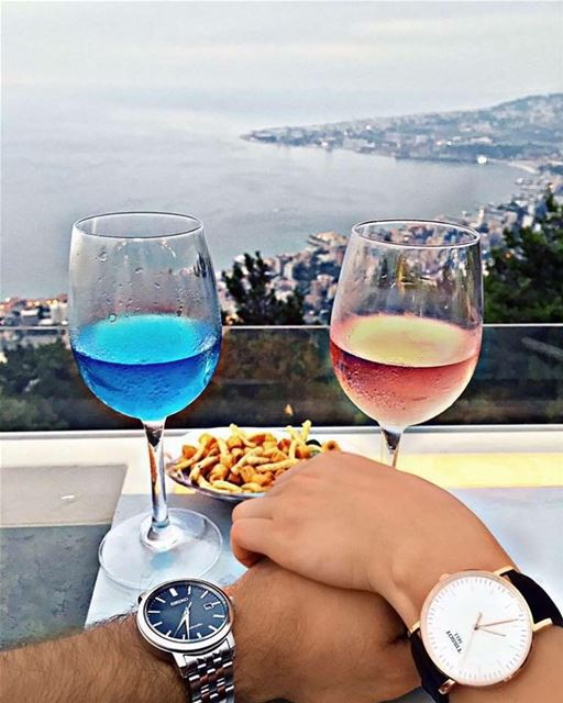 Collecting moments 💙❤️ handinhand couplegoals drinkwithaview📷 @carenb (The Terrace - Restaurant & Bar Lounge)