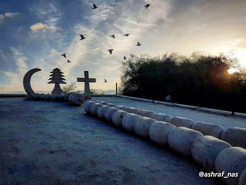 شاعر حمل حاله بهالموتوحده الوهجشبهتك بكل الدنيمن بعدك عليها السلام...بس (Tyre, Lebanon)