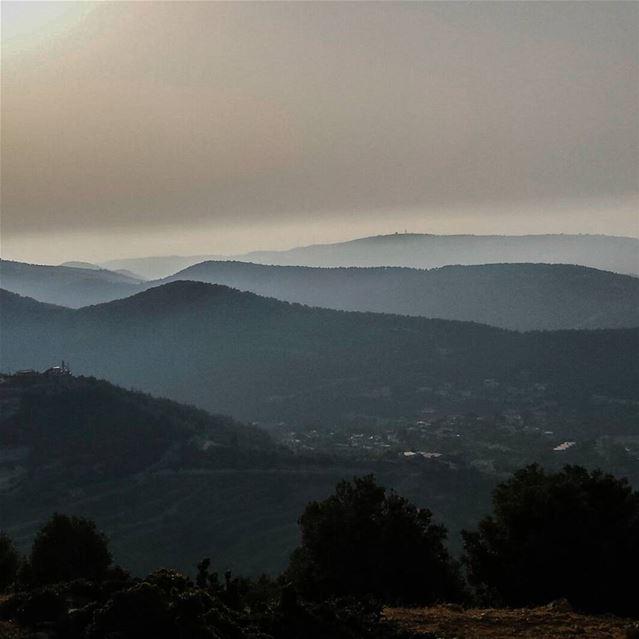 ما بنسى مطلاتك عاسهول ووديان ومواسم حقلاتك آيات وألوان وهالأرزات اللي ع ج (Al Qubayyat, Liban-Nord, Lebanon)