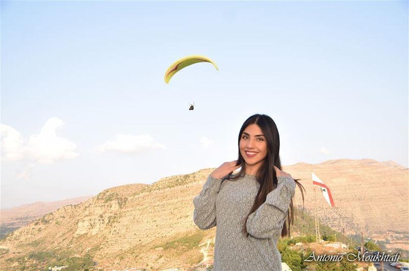 paragliding sunnyday mountains lebanon flag ehdensky ehden @sophia_ (Ehden, Lebanon)