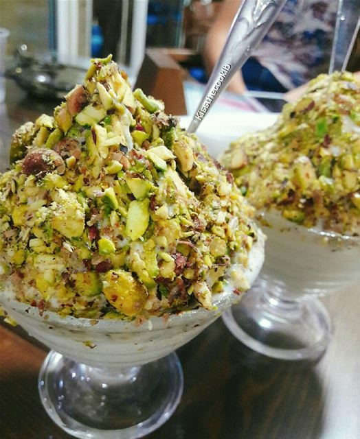 Ashta bfisto2 !! Fresh cream with pistachio on top 😍 The best... (بوظة البلحة)
