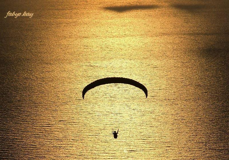 proudlylebanese paragliding ig_lebanon sunsets sunsetporn sunsetlovers... (Joünié)