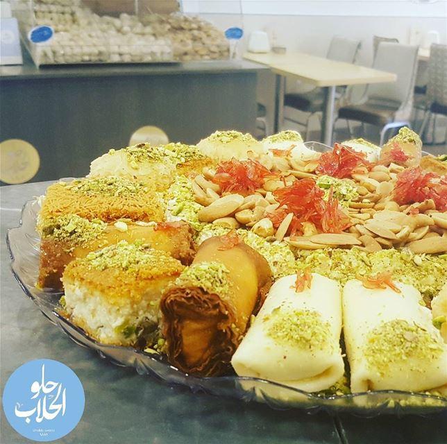 ولا أطيب من هيك قشطيات 😍 حلو_الحلاب Perfect tray 😁😁 of mixed kashtayat... (Abed Ghazi Hallab Sweets)