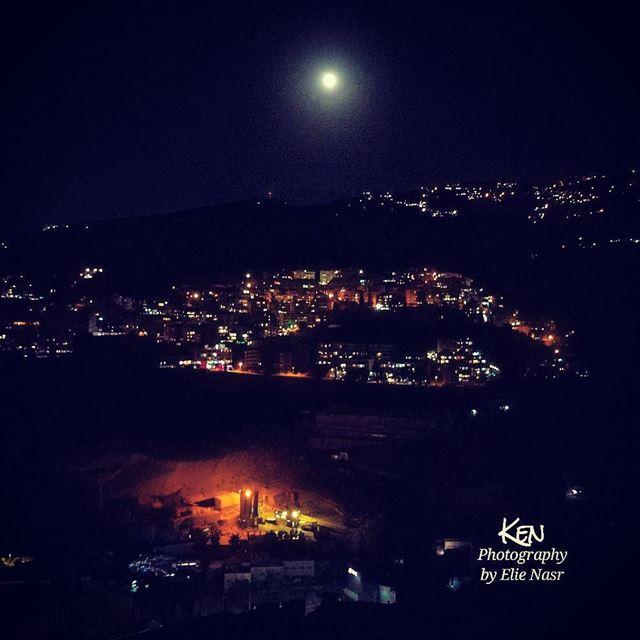 ...القمر بيضوّي عالناس والناس بيتقاتلواع مزارع الأرض الناس ع حجار بيتقاتل (Fanar, Mont-Liban, Lebanon)