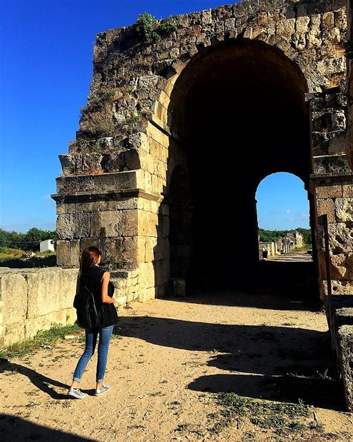 Walking through the past 🚶🏻♀️⏮ sour tyr southlebanon lebanon ruins... (Tyre, Lebanon)