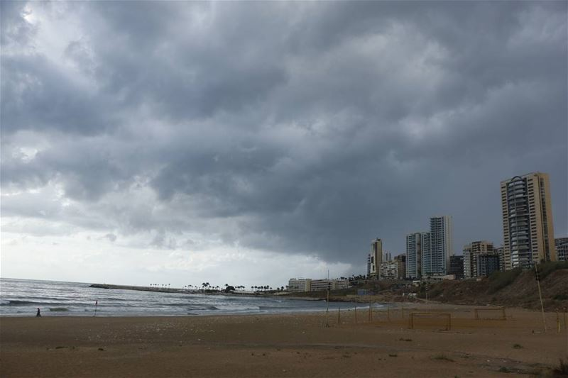 Today there was an epic scene at ramletelbayda ... Threatening clouds... (Ramlat Al Bayda', Beyrouth, Lebanon)