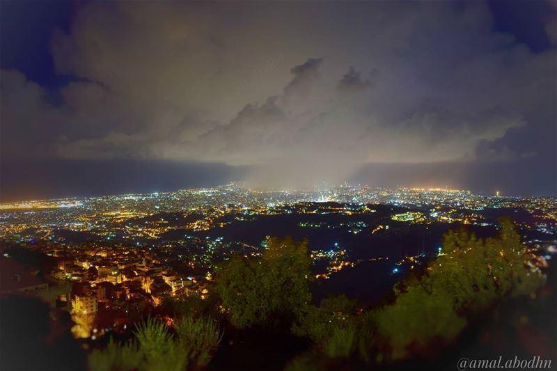 تعطيها الدنيا مطراً،، وهي تعطي الدنيا جمالاً 👌 بيروت beirut building ... (Beirut, Lebanon)