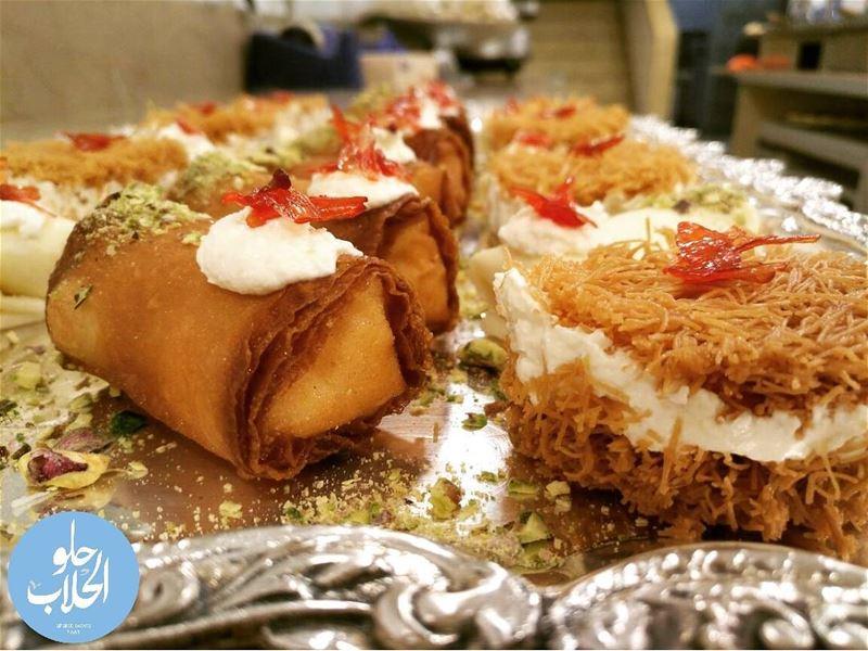 ولا أطيب من هيك قشطيات 👌😍 حلو_الحلاب Perfect tray 😁😁 of mixed... (Abed Ghazi Hallab Sweets)