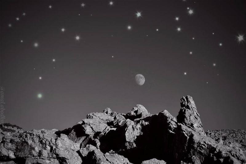 الصداقة بين القمر والنجوم،، تغار منها الشمس 👌👌 جبل_الشيخ lebanon ... (جبل الشيخ)