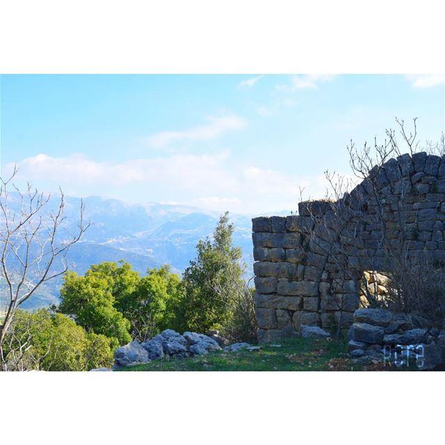 أعيش في بيت مهجور بعيداً عن افكار تمجدها الالسن و تذمّها القلوب...ريم🌺... (Mazra`At Ash Shuf, Mont-Liban, Lebanon)