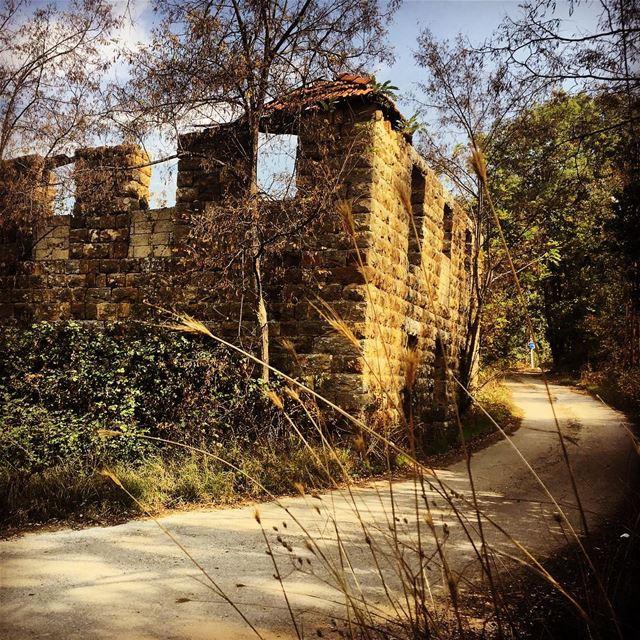 lebanese dwelling architecture sandstone house in ruins backroads ... (Kfertay-Keserwan)