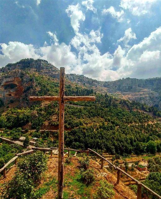 Pray for a glimmer of hope ... (Wadi Qannubin, Liban-Nord, Lebanon)