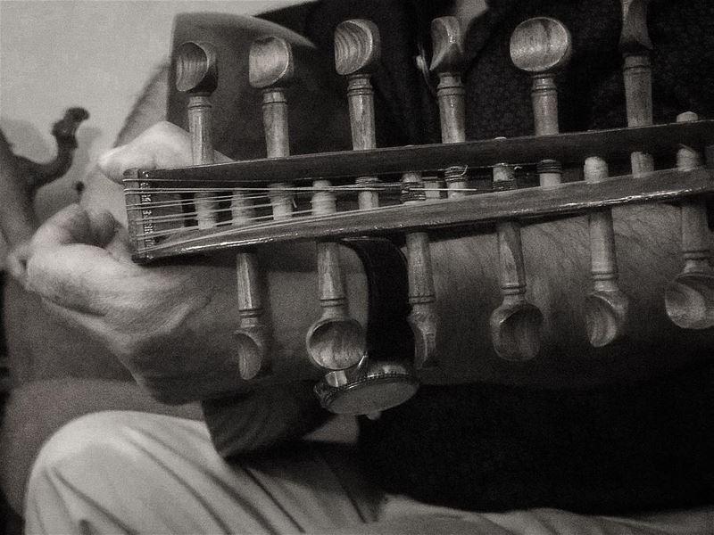 انت وبس اللي حبيبي 🎶🎵🎶🎵🎶🎶. music livemusic gathering friends ... (Badaro the Street)