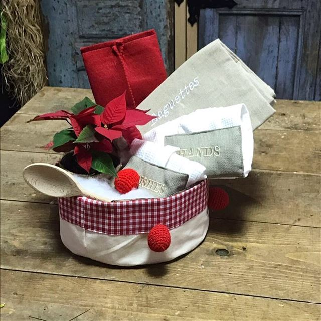 Bread basket & kitchen towel for the prep. 🎈Write it in fabric by nid d'ab