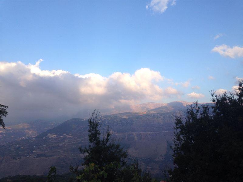 Smokey Jezzine mountains ☁️💙 afternoon mountains cloudyday smokey ... (Jezzîne, Al Janub, Lebanon)