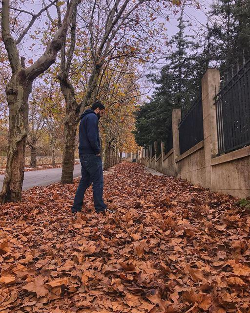 لمّا بمشي عالرصيف 🙆🏻♂️ ..... earthpix earthofficial ... (لبنان كورنيش صوفر)