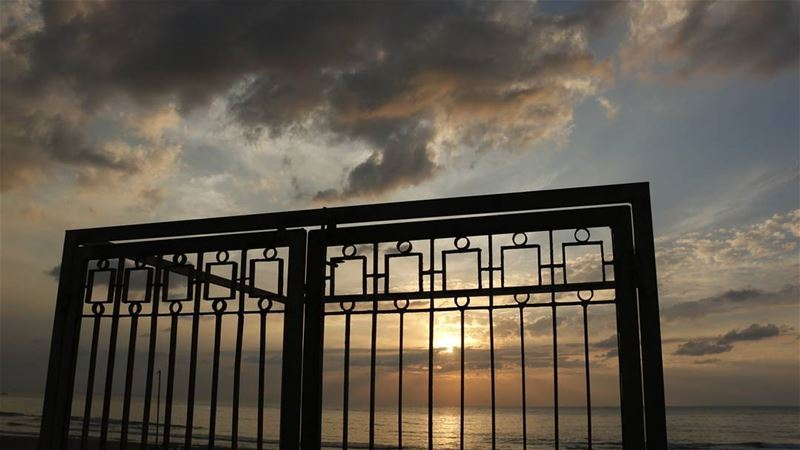 Imprisoned sunset... lebanese sunset sunsetlovers imprisoned sky ... (Ramlat Al Bayda', Beyrouth, Lebanon)