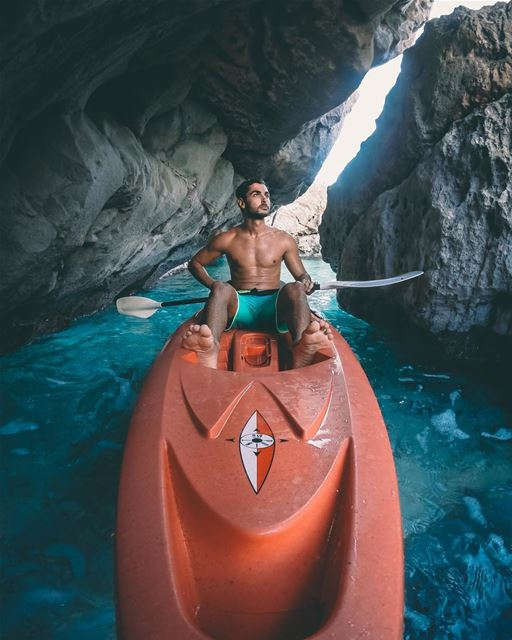 Exploring some water caves on a perfect November beach day 🚣🏼‍♂️Photo... (Batroûn)