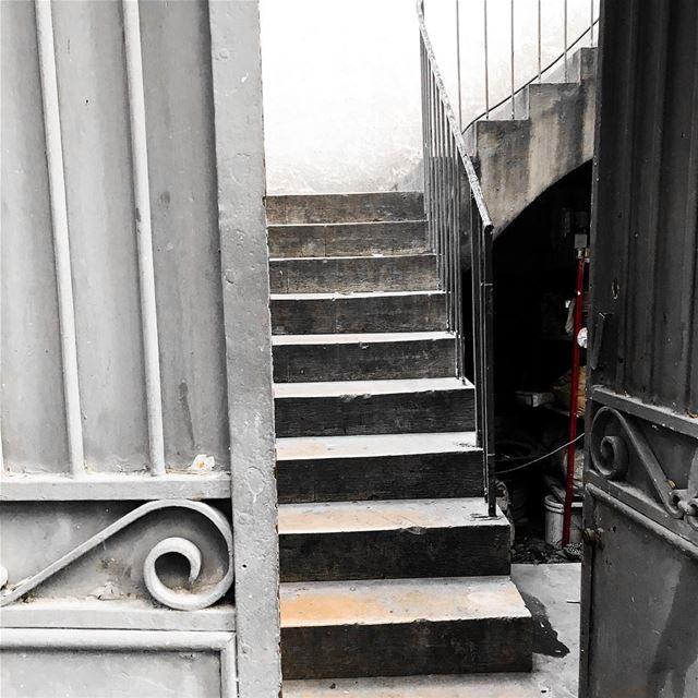 When there is an open door, people stop by! 🇱🇧.. memories door ...