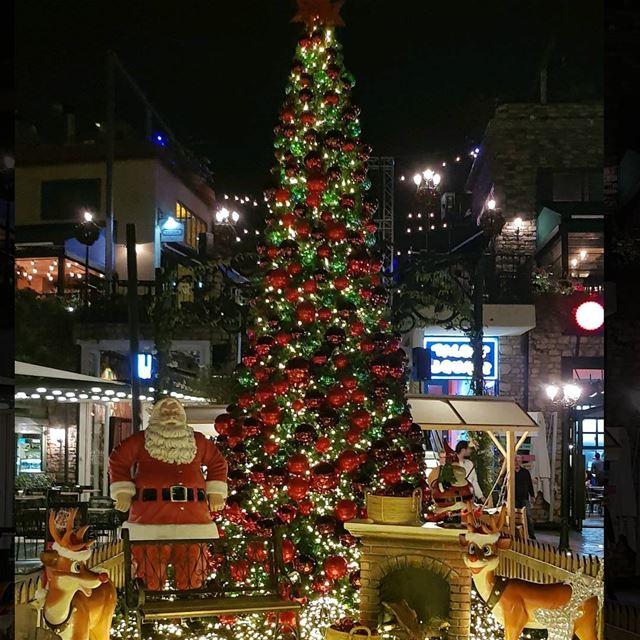 Love this time of year🎅🌲 christmas christmastree santa whatsuplebanon... (The Village Dbayeh)