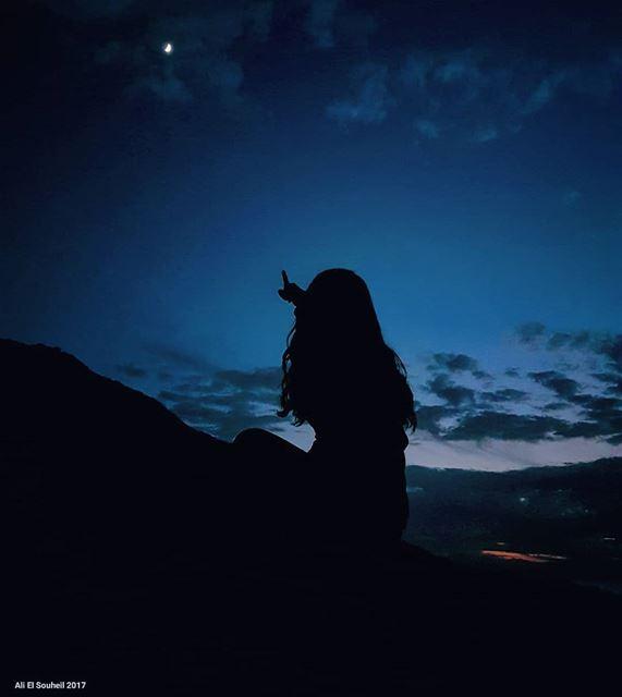 يا قمر نزال على هالأرض كرمال تسال لحالك سؤال مين هي الاجمل منك today ... (En Nâqoûra, Liban-Sud, Lebanon)