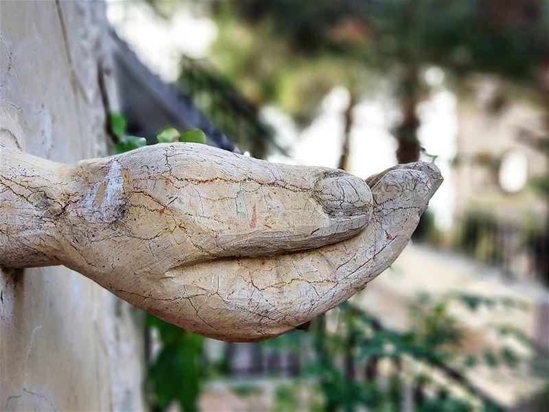 لا تنسى أبدا يد مدة لمساعدتك أن كانت بفكرة أو بعمل ، بوقت، معنويا ، أو مهما (Dahr Es-Suwan, Mont-Liban, Lebanon)