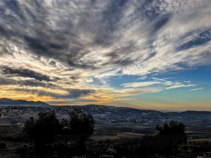 The sun rises even above cloudy skies @livelovemarjeyoun (Marjayoûn, Al Janub, Lebanon)