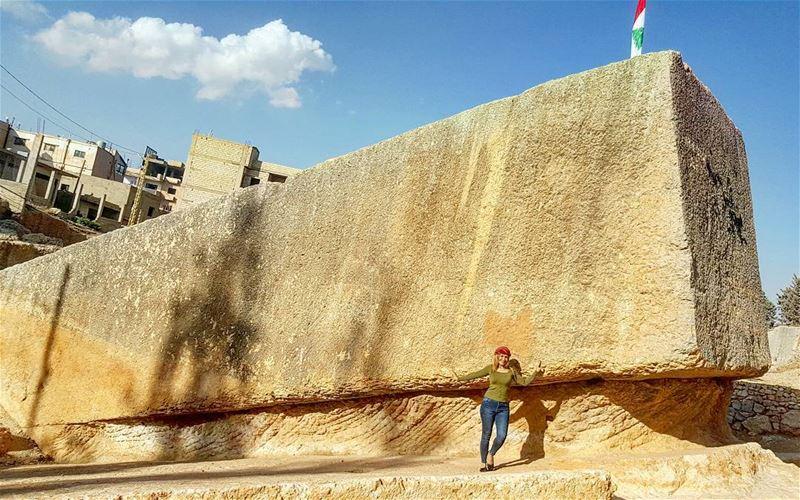 """غرائب مدينة بعلبك التاريخية الاثرية، هو"""" حجر الحبلىالروماني"""" لأنه يمثل أكب (Baalbeck, Béqaa, Lebanon)"""