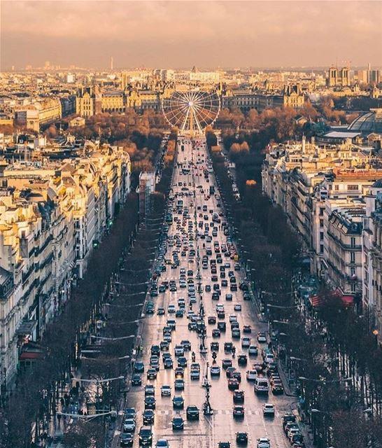 Have a nice week Paris 🎈💫 4 days to go & it's the Holidays 🎄❄️ picture... (Avenue des Champs-Élysées)