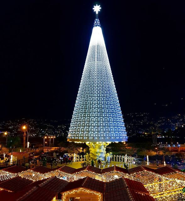 """May your days be merry and bright""🇱🇧🌲 christmastree jounieh ... (Joünié)"
