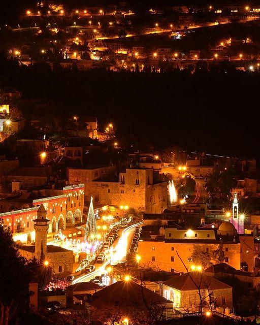 Vista do alto nesta época do ano, a cidade histórica de Deir El Qamar... (Deïr El Qamar, Mont-Liban, Lebanon)