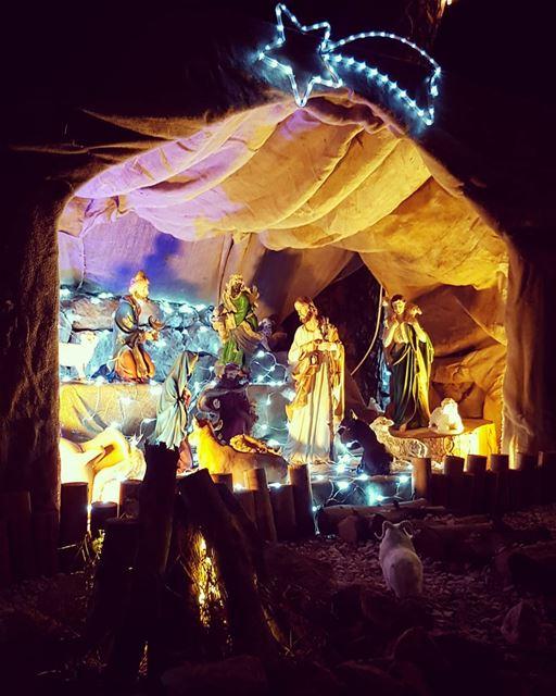 جاي الليلة يسوع يا هالأرض انحنيصوت الفرح مسموع وعم تضحك هالدّنيوالناس سهر (Beït Chabâb, Mont-Liban, Lebanon)