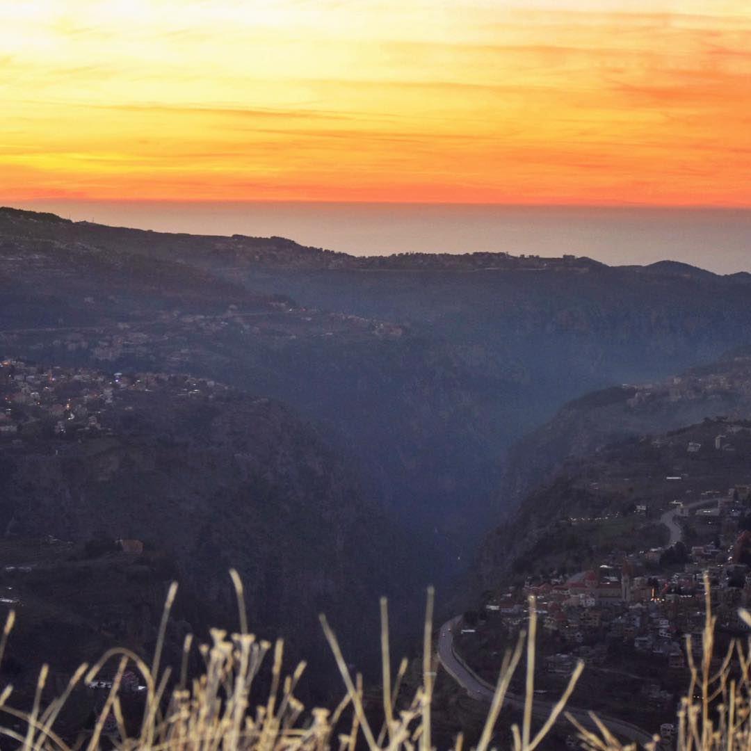 من وادي القديسين يفوح عطر البخّورفي كلّ مغارة هناك من يصلّيعلى مرّ الأزمن (Bcharreh, Liban-Nord, Lebanon)