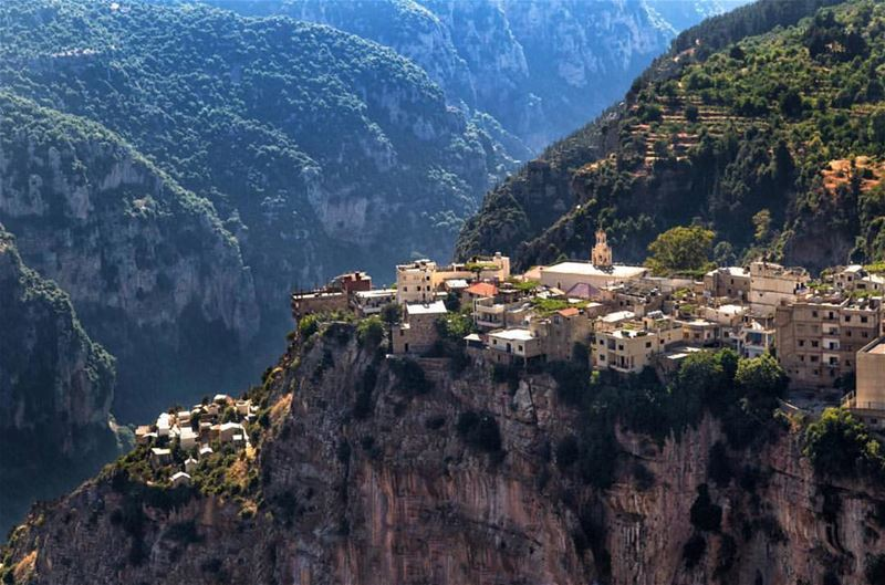 I guess this village should be featured in the next Game of Thrones or... (Hadchît, Liban-Nord, Lebanon)