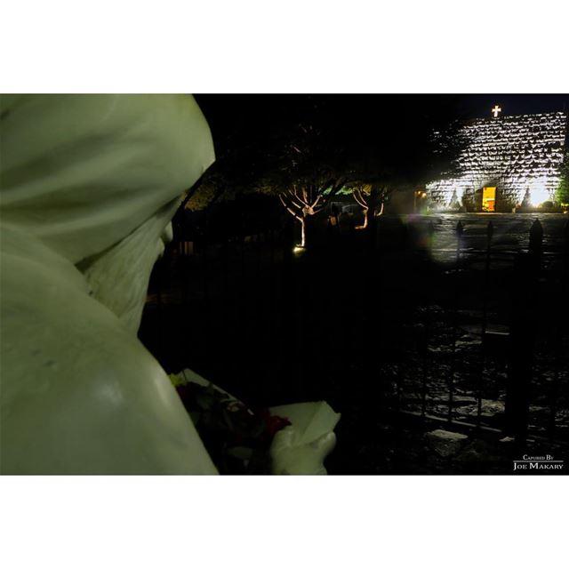 حتى حجار المحبسة صاروا يصلّوا معو الإنجيل عالغايب. annaya stcharbel ...