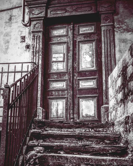 """OLD PLACES HAVE SOUL"" lebanon beirut old house blacknwhite lebononhouses... (Ashrafiyeh)"