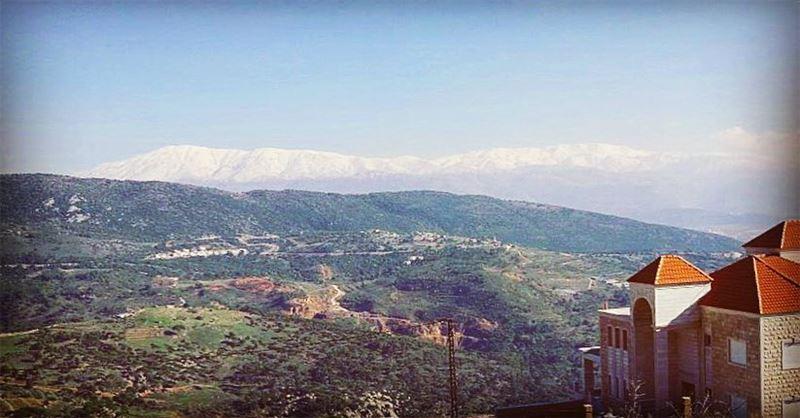 South Lebanon, where green and white mountains meet 🗻⛰@livelove.jnoub @li (`Aramtá, Al Janub, Lebanon)