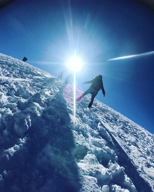 Leaving footprints in the snow.💙❄️ snow snowwhite snowday❄️ ... (Wardeh Kfardebian)