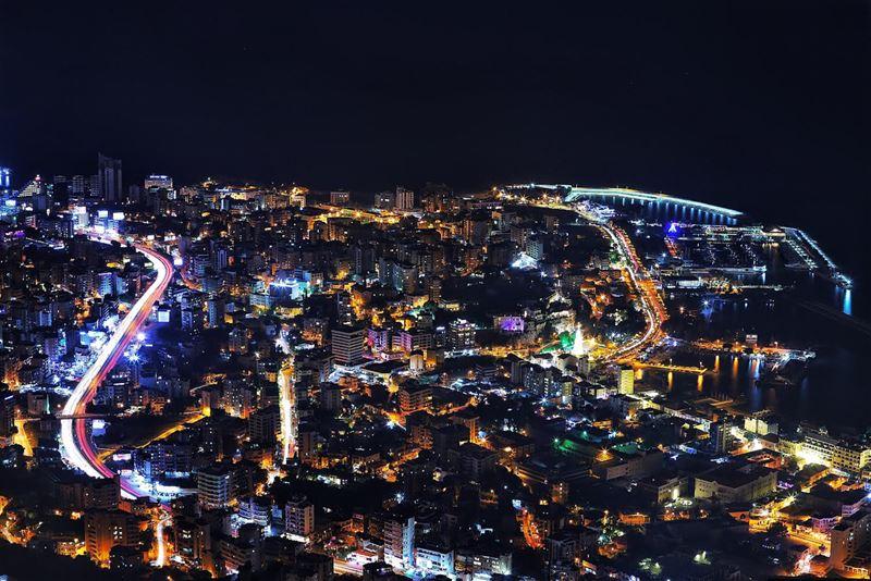 No sleep in the city 🌃 citylights jounieh livelovejounieh ... (Joünié)