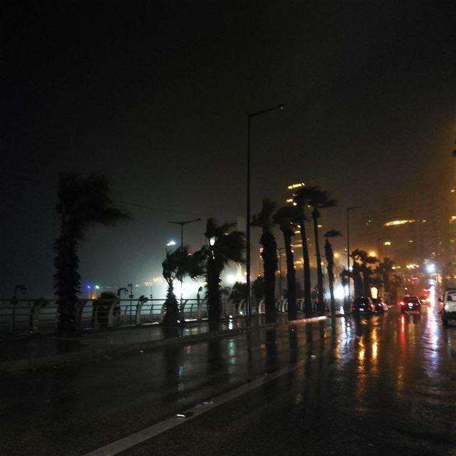 Crazy night 🌬️🌧️⛈️🌨️ rain raindrops rainforestcafe itsraining ... (Ramlat Al Bayda', Beyrouth, Lebanon)