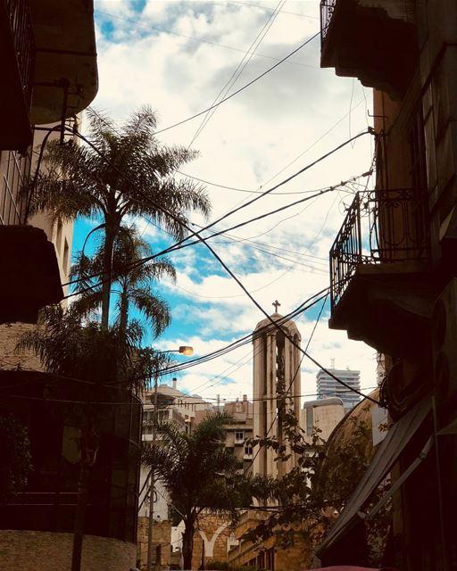 Big city life....... old buliding chaos urban urbanart mess ... (Jemmayze)