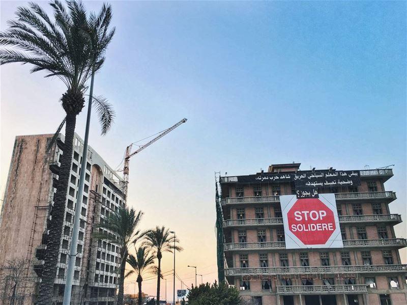 When the sun goes down 🌅 Полуразрушенное здание без окон с огромной вывеск (Beirut, Lebanon)