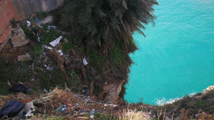 للاسف هيدا لبنان....منظر مستفز جدا...بس مين المسؤول الشعب الدولة البلدية ال (AtRaoucheh)