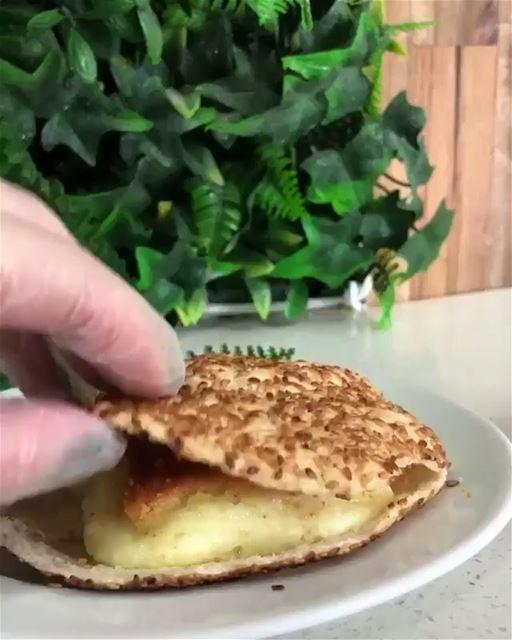 Sanduíche de sobremesa de queijo doce com calda de água de rosas típica do... (Ibrahim Pastry)
