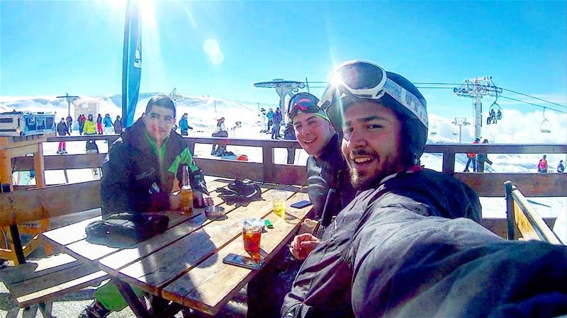 Drunk skiers 🍻⛷ skilovers skiseason2018 sunnyday bluesky skifriends... (Les Folies Blanches by Rikky'z - Cave Des Moutons)