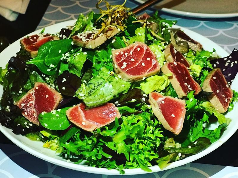 Seared tuna salad in sesame teriyaki sauce 😋.. searedtuna tuna salad... (Batroûn)