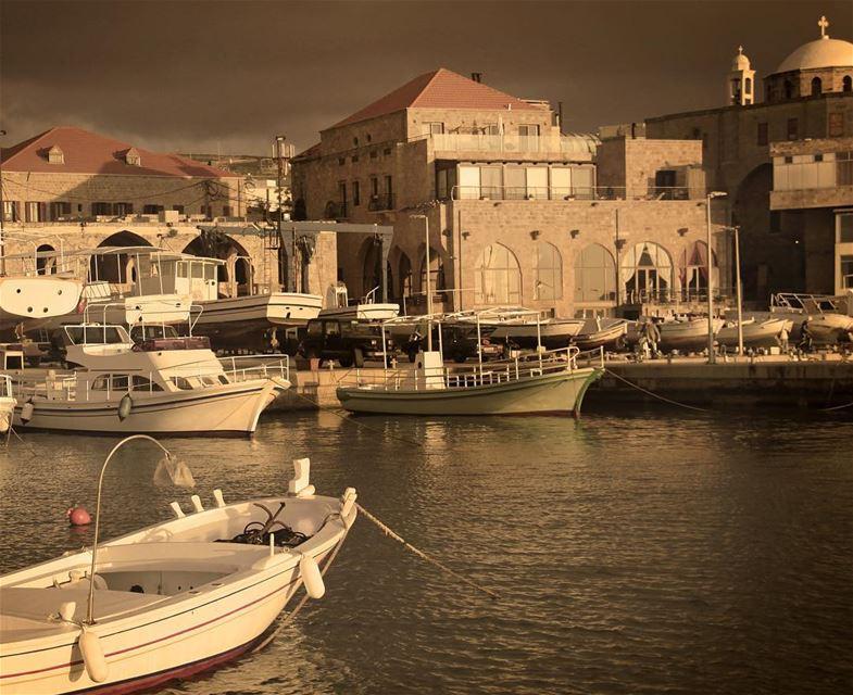 🇱🇧 Localizada na costa norte do Líbano, a 53 km de Beirute, a pequena e... (Batroûn)
