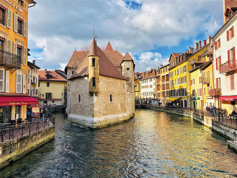 - Traduction française ⤵️ -Hello Annecy, a beautiful town surrounded by... (Annecy, la venise des alpes)