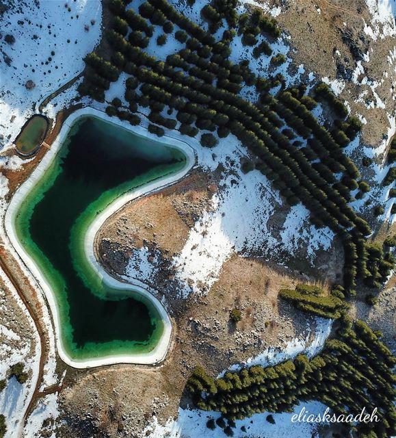 Pacman 🌲🌲🌲... lake dronestagram dronephotography ... (Arz el Bâroûk)