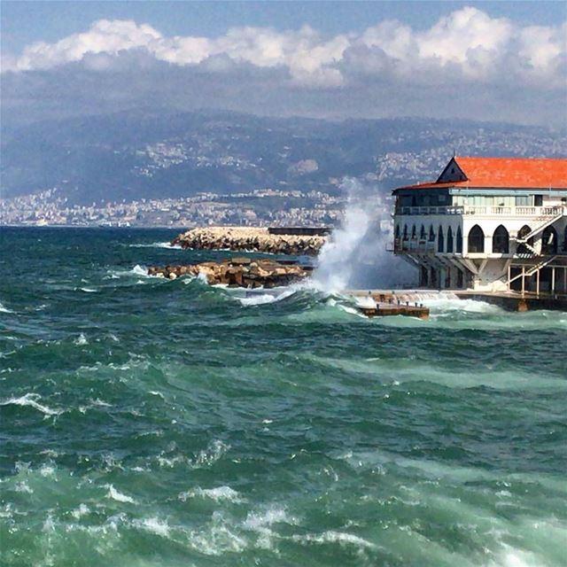 البحر غضبان ما بيضحكشاصل الحكاية ما تضحكش lebanon lebanese sea ... (Ain El Mreisse, Beyrouth, Lebanon)